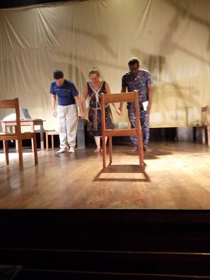 Johann, Anicet et Laurence sur scène à Cotonou