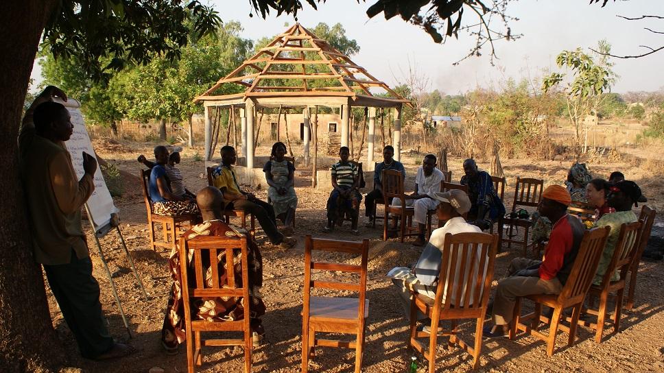 Co-écriture dun spectacle sur les conditions de vie des femmes en milieu rural avec les jeunes de Boukoumbé avec lAtelier du Possible et Prenez Place Et Compagnie. Décembre 2010