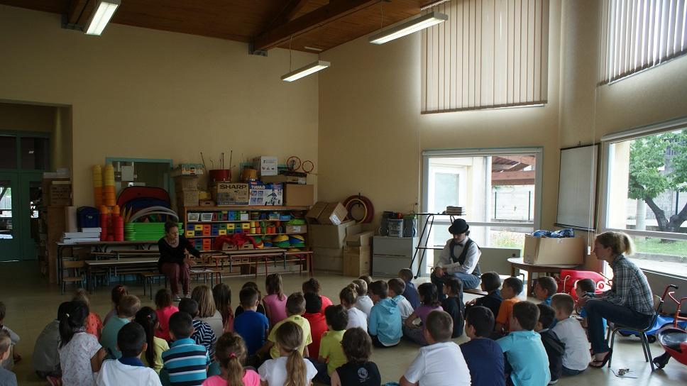 Séance de travail/spectacle avec les enfants de lécole à Andancette 26 140 avec lAtelier du Possible Laurence Rémy et Johann Musy